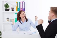 Onderneemster en zakenman Happy voor succes bij bureauachtergrond Het bedrijfsconcept maakt een overeenkomst Exemplaarruimte en h stock afbeelding