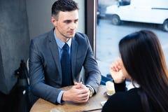 Onderneemster en zakenman het bespreken stock afbeeldingen