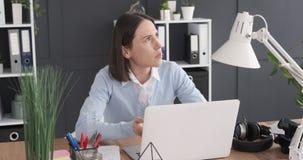 Onderneemster gebruikend laptop en op de proppen komend met een briljant idee stock video
