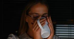 Onderneemster het drinken koffie stock video