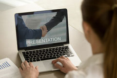 Onderneemster het letten op bedrijfspresentatie, die laptop bekijken royalty-vrije stock afbeeldingen