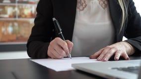 Onderneemster het schrijven nota's over het document stock footage