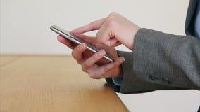Onderneemster het scrolt en zoemende scherm op slimme telefoon, stock video
