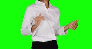 Onderneemster het toejuichen en toont duimen stock videobeelden