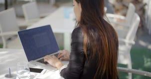 Onderneemster het typen op haar laptop computer stock video