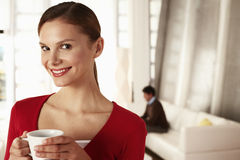 Onderneemster Holding Coffee Cup in Bureauhal stock foto