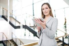 Onderneemster Holding Digital Tablet in Bureau stock fotografie