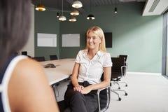 Onderneemster Interviewing Female Candidate bij de Gediplomeerde Dag van de Rekruteringsbeoordeling in Bureau royalty-vrije stock afbeeldingen