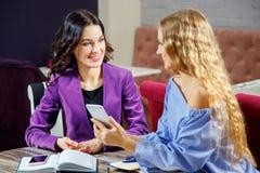 Onderneemster Interviewing Female Job Applicant In Office royalty-vrije stock afbeelding