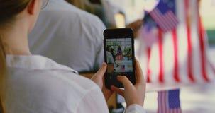 Onderneemster klikkende foto van spreker met mobiele telefoon in een seminarie 4k stock footage