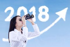 Onderneemster met binoculair en nummer 2018 Royalty-vrije Stock Foto