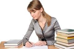 Onderneemster met boeken op lijst Stock Afbeelding