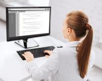 Onderneemster met codage op computer op kantoor stock afbeelding