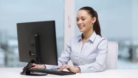 Onderneemster met computer in bureau stock footage