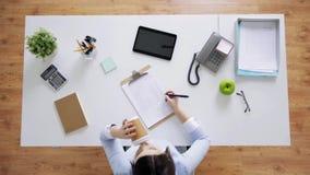 Onderneemster met documenten en koffie op kantoor stock videobeelden
