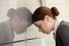 Onderneemster met emotionele spanning. Moeheid. Stock Foto