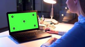 Onderneemster met het groene scherm op laptop bij nacht stock footage