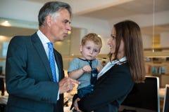 Onderneemster met klein kind in het bureau royalty-vrije stock foto
