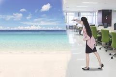 Onderneemster met lang haar die een vergaderzaal omzetten in mooi strand stock foto