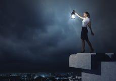 Onderneemster met lantaarn Stock Foto's