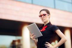 Onderneemster met PC-Tablet en Rode Kaderglazen Stock Afbeeldingen