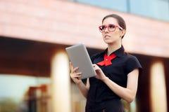 Onderneemster met PC-Tablet en Rode Kaderglazen Royalty-vrije Stock Afbeeldingen