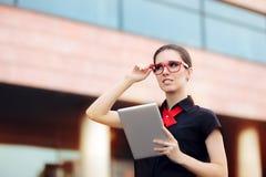 Onderneemster met PC-Tablet en Rode Kaderglazen Royalty-vrije Stock Afbeelding