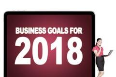 Onderneemster met tekst van bedrijfsdoelstellingen voor 2018 Stock Afbeelding