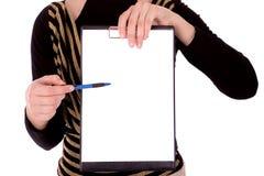 Onderneemster om op document houder te richten Stock Foto's