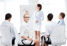 Onderneemster op commerciële vergadering in bureau stock foto