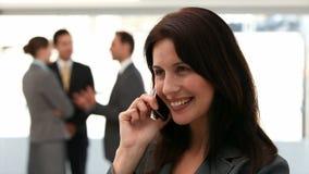 Onderneemster op de telefoon stock footage