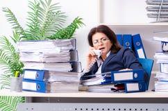 Onderneemster op middelbare leeftijd ongelukkig met het bovenmatige werk stock foto