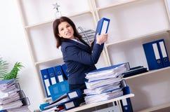 Onderneemster op middelbare leeftijd ongelukkig met het bovenmatige werk stock foto's