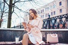 Onderneemster op onderbreking in park Jonge professionele bedrijfsvrouw die tabletcomputer met behulp van openlucht Kaukasisch vr Royalty-vrije Stock Afbeeldingen