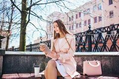 Onderneemster op onderbreking in park Jonge professionele bedrijfsvrouw die tabletcomputer met behulp van openlucht Kaukasisch vr Royalty-vrije Stock Fotografie