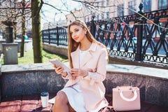 Onderneemster op onderbreking in park Jonge professionele bedrijfsvrouw die tabletcomputer met behulp van openlucht Kaukasisch vr Stock Fotografie