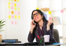Onderneemster op telefoon in haar bureau Stock Afbeelding