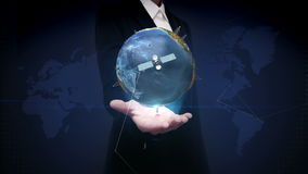 Onderneemster open palm, Roterende aarde, communicatietechnologie, de kaart van de netwerkwereld stock footage
