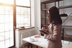 Onderneemster planningstijd, die in notitieboekje nota nemen van stock foto's