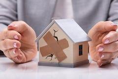 Onderneemster Protecting Broken House royalty-vrije stock afbeelding