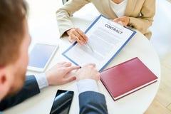 Onderneemster Showing Contract aan Cliënt Dichte Omhooggaand stock foto's