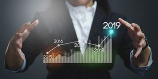 Onderneemster Showing Growing Statistic Financiële 2019 stock foto's