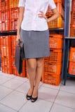 Onderneemster Standing With Hand op Heup in Wasserij stock foto's