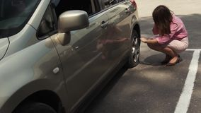 Onderneemster uit auto wordt gekregen die lek band controleren dat stock video