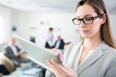 Onderneemster Using Digital Tablet in Bureau royalty-vrije stock foto