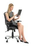 Onderneemster Using Digital Tablet terwijl het Zitten op Bureaustoel Stock Foto