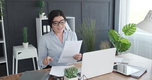 Onderneemster videoconfereren die laptop met behulp van op kantoor stock videobeelden
