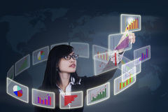 Onderneemster wat betreft bedrijfsgrafiek stock fotografie