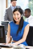 Onderneemster Wearing Headset Working in Bezig Bureau stock fotografie