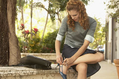 Onderneemster Wearing Shoe Outdoors royalty-vrije stock foto